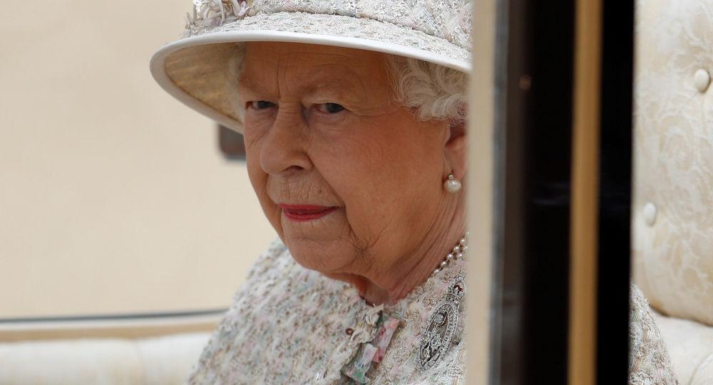 英國女王伊麗莎白二世首次拄拐杖出現在公眾面前