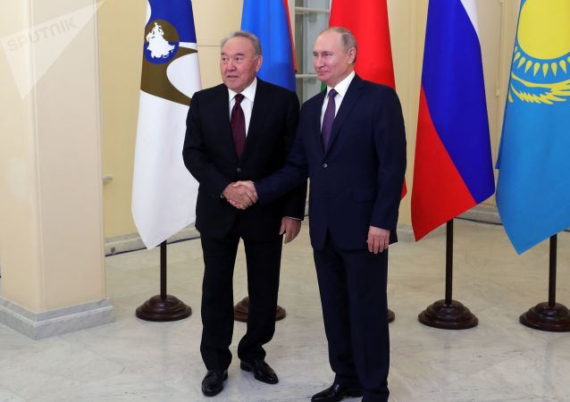 俄羅斯總統普京(右)與哈薩克斯坦首任總統納扎爾巴耶夫