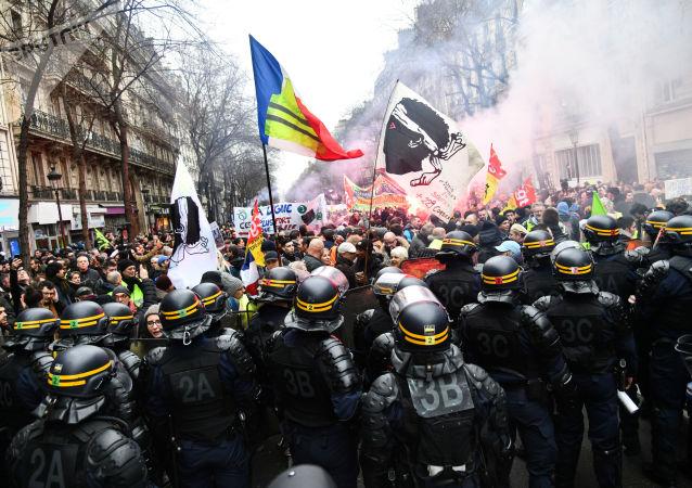 警察使用催泪弹应对巴黎市中心反对健康通行证的游行