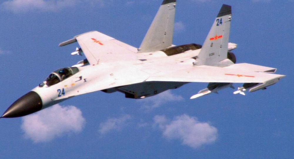 中国海军组织歼击轰炸机进行远程奔袭突击训练