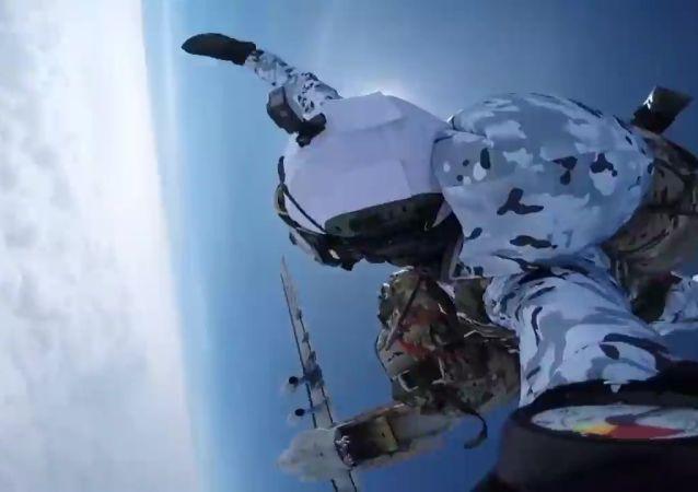 俄空降兵在北极完成万米空降 为世界首次