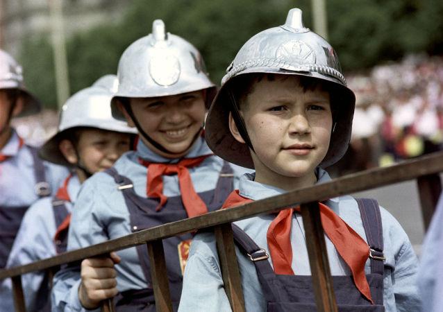 1967年少先队员消防员在莫斯科红场上参加阅兵式