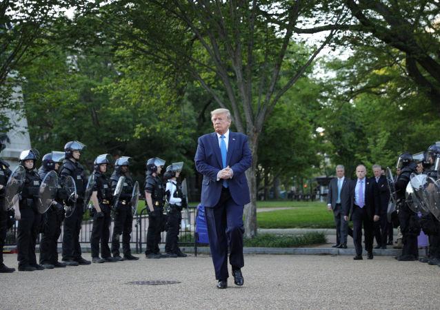 美国总统特朗普(中)