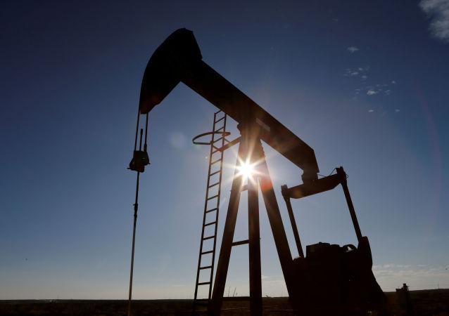 媒体:美国石油产量因寒冷天气破纪录减少近三分之一