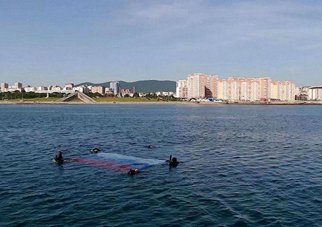 俄罗斯日黑海舰队潜水员首次在采梅斯湾水下插国旗