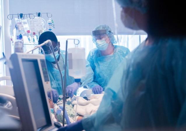 霍普金斯大学:美国累计死亡新冠感染病例超70万