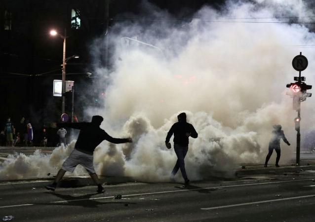 塞尔维亚议会旁的骚乱造成43名警察受伤 23名抗议者被拘